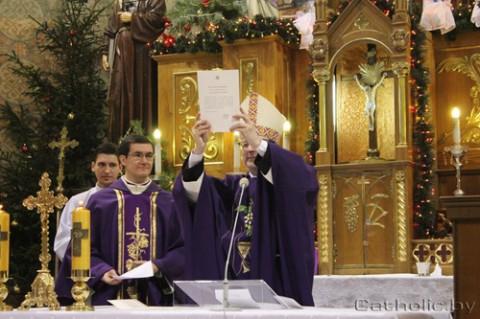Nuncjusz apostolski na Białorusi arcybiskup Claudio Gugerotti demonstruje list od papieża Franciszka