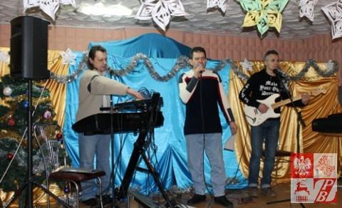 Henryk Sajkowski śpiewa kolędę we współczesnej aranżacji