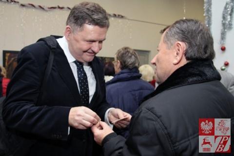 Konsul Wiesław Romanowski dzieli się opłatkiem z Tadeuszem Malewiczem