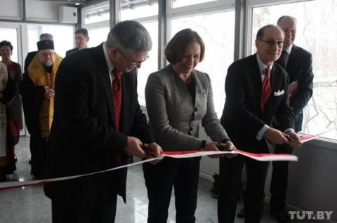 Barbara Tuge-Ereciska (w centrum) przecina wstążkę podczas otwarcia nowych pomieszczeń konsulatu, fot.: Tut.by