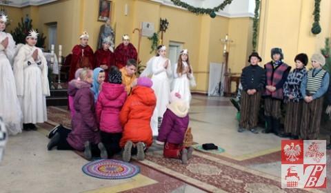 Dzieci przy żłobku z Jezuskiem
