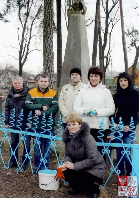 Grupa działaczy ZPB z Lidy po zakończeniu renowacji