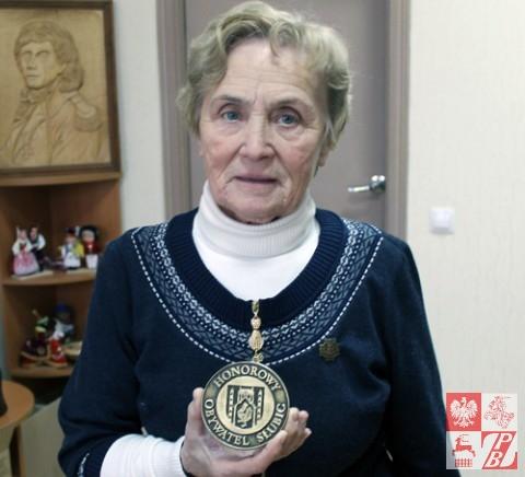 """Pani Weronika z medalem """"Honorowego Obywatela Słubic"""""""