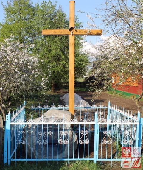 Pomnik z nowym krzyżem