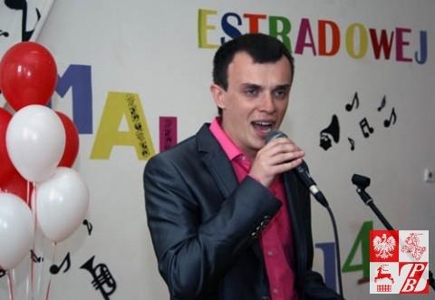 """Andrzej Aniśko śpiewa piosenkę """"Chodź, przytul, przebacz""""z repertuaru Andrzeja Piasecznego"""