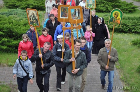 Pielgrzymi przybywają do sanktuarium Matki Bożej Cierpliwie Słuchającej na Wzgórzu Nadziei w Kopciówce