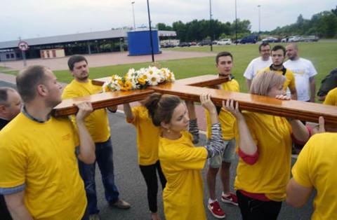 Katolicka młodzież z Brześcia wnosi Krzyż na Białoruś, fot.: www.facebook.com/SDMSiedlce
