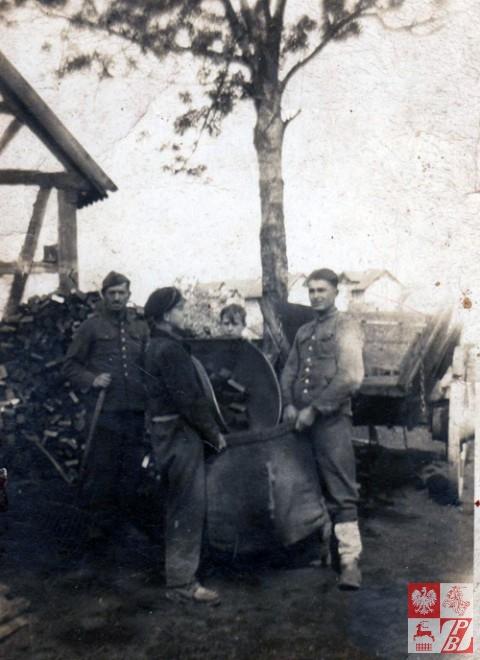 Julian Bortko (po prawej) w niewoli, podczas rozładowywania węgla.