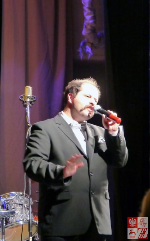 Śpiewa Aleksander Wołodczenko, jeden z dwóch mężczyzn -uczestników konkursu