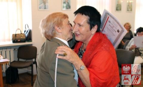 Weronika Sebastianowicz dziękuje mieszkance Sejn za przyjęcie dzieci z Iwia i wręcza Dyplom Uznania
