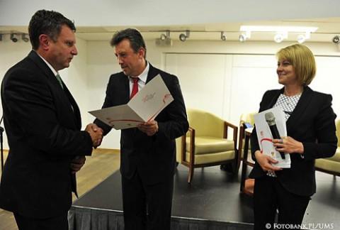 W podziękowaniu za wieloletnią współpracę i pomoc, niesioną Polakom na Białorusi kierownictwo ZPB wręcza prezydentowi miasta Sopotu Jackowi Karnowskiemu (po lewej) Dyplom Uznania, fot. Fotobank.PL/UMS