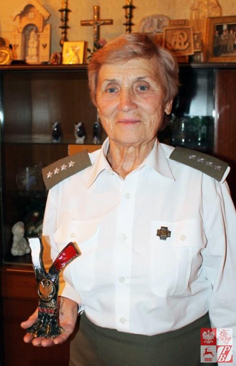 Weronika Sebastianowicz z nagrodą w swoim domu, w Skidlu