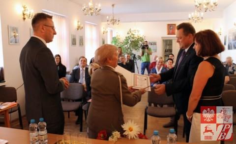 Dyplom Uznania odbiera poseł Jarosław Zieliński z małżonką