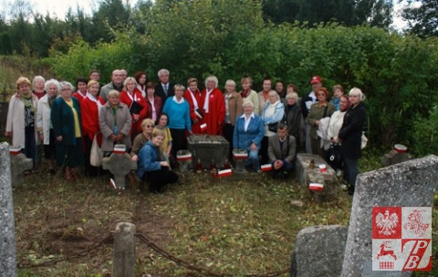 Grupa działaczy ZPB z Mińska, pracujących przy renowacji pomnika i kwatery