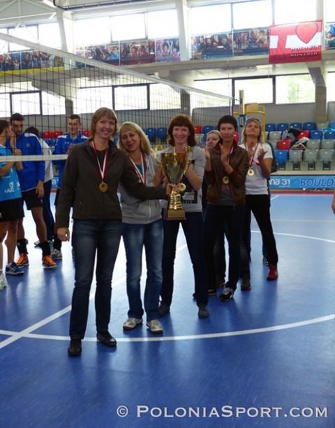 """Nasze """"złotka"""" już z medalami i pucharem, fot,: PoloniaSport.com"""