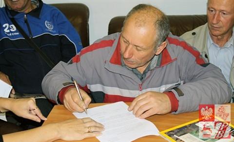 Składanie podpisu pod listem w obronie polskiego szkolnictwa na Białorusi