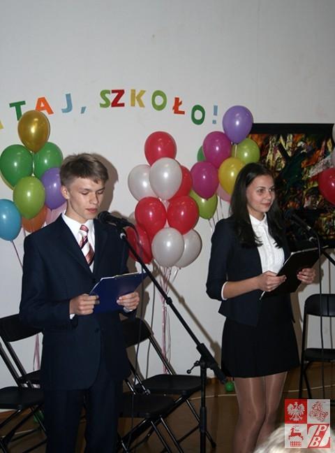 Uczniowie szkoły witają kolegów i gości  uroczystości