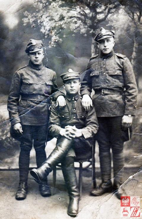 Eschil Michalcewicz, po prawej, z towarzyszami broni. Na lewej ręce widać zegarek, ktróry otrzymał jako nagrodę za uratowanie przed zdobyciem przez nieprzyjaciela karabinu maszynowego