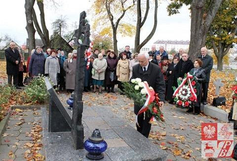 Wieniec przy Krzyżu Katyńskim sklada Jan Sroka