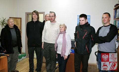 """Członkowie delegacji Stowarzyszenia """"Odra-Niemen"""" chętnie pozowali do zdjęć z legendarną """"Różyczką"""" - Weroniką Sebastianowicz"""