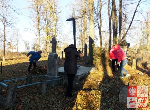 Sprzatanie_Cmentarzy_przez_OddzialZPB_w_Brzesciu5jpg