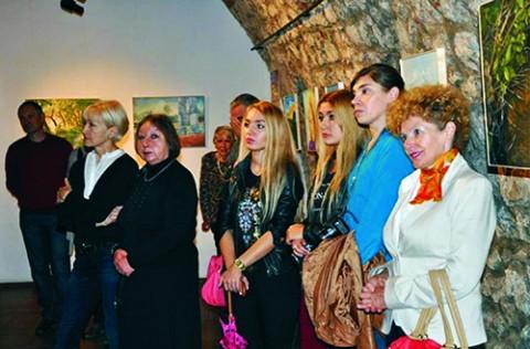 Malarze i goście krakowskiego finisażu wystawy poplenerowej