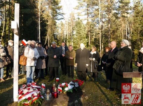 Podczas modlitwy przy krzyżu Straży Mogił Polskich w Kuropatach
