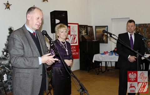 Przemawia konsul generalny RP Andrzej Chodkiewicz. Obok niego - Janina Sołowicz  i Mieczysław Jaśkiewicz