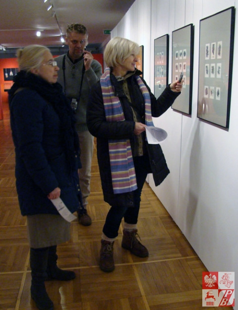 JAnna Kosicka, Andrzej Filipowicz i Janina Pilnik podczas wycieczki po galeriach Torunia zwiedzają wystawę grafiki toruńskiego artysty Wojcecha Jakubowskiego