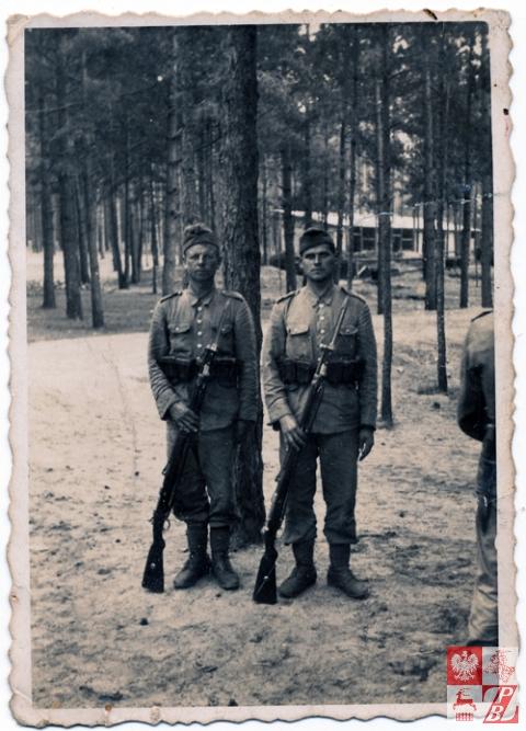 Kazimierz Sacharczuk (po prawej) podczas postoju jego jednostki w lesie