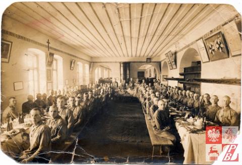 Żołnierze 76. Lidzkiego Pułku Piechoty im. Ludwika Narbutta podczas posiłku