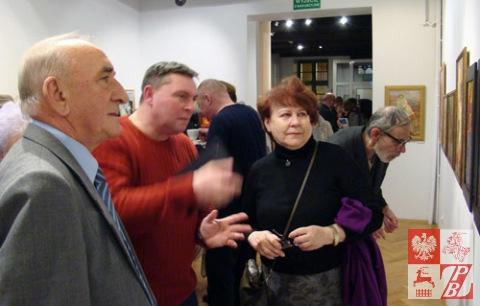 Walery Stratowicz opowiada gościom wernisażu o wystawionych obrazach