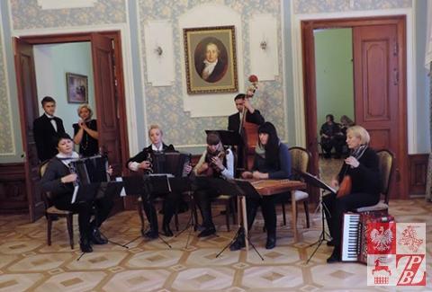 Gra orkiestra Szkoły Muzycznej w Żabince