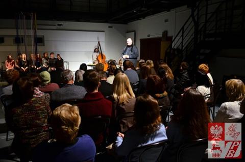 Spektakl zgromadził blisko stuosobową publiczność