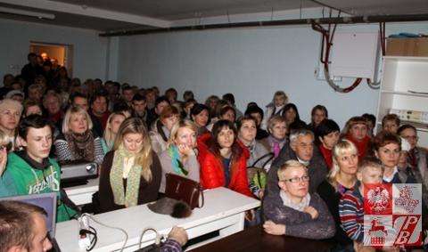 Publiczość na pokazie filmu w szkółce parafii Swiętej Rodziny