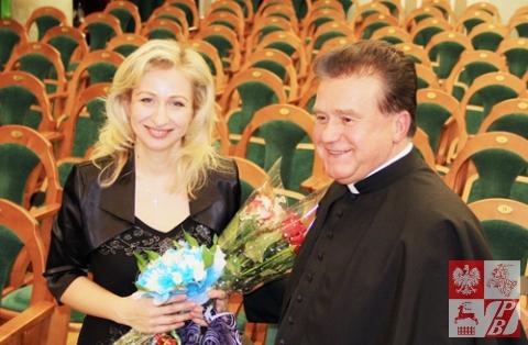 Helena Abramowicz i proboszcz parafii Św. Szymona i Heleny ks. Władysław Zawalniuk
