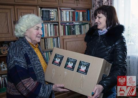 Maria Tiszkowska wręcza paczkę z darami od Stowarzyszenia Odra-Niemen Annie Sadowskiej, założycielce i wieloletniej prezes Oddziału ZPB w Wołkowysku