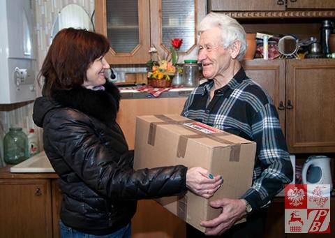 Paczkę otrzymuje Konstanty Jurewicz, jeden z najbardziej zasłużonych działaczy ZPB w Wołkowysku