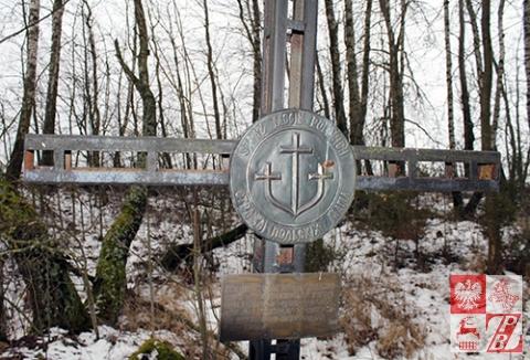 Krzyż straży Mogił Polskich stanął na grobie jeszcze na początku lat 90.
