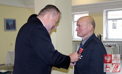 Minister Ciechanowski dekoruje medalem Pro Patria Edmunda Lebiedzia, łagiernika z Hoży