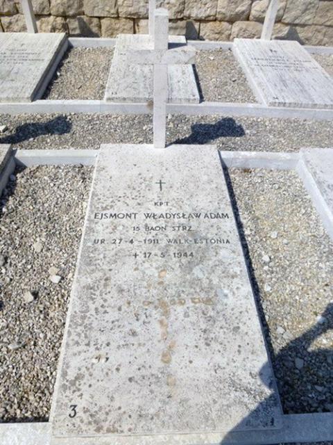 Grób kpt. Władysława Adama Ejsmonta na Polskim Cmentarzu Wojennym na Monte Cassino, fot.: polskiecmentarzewewloszech.eu