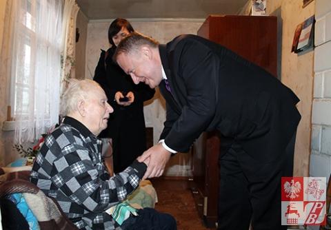 Minister Ciechanowski gratuluje Kazimierzowi Tumińskiemu odznaczenia i obiecuje, że spotkają się na 95-leciu bohatera