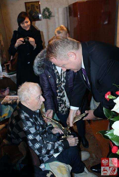 Na powitanie bohatera minister Ciechanowski wręcza Kazimierzowi Tumińskiemu statuetkę orła