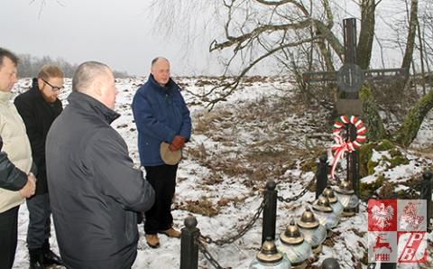 Modlitwa przy grobie żołnierzy AK