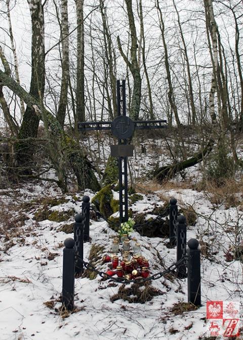 Znicze na grobie, postawione przez miejscową ludność