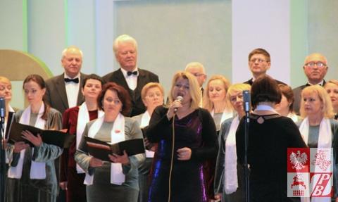 "Śpiewa chór ""Polonez"", soluje - Nadzieja Brońska"