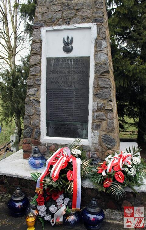"""Pomnik żołnierzy Armii Krajowej w Stryjówce udekorowany do Narodowego Dnia Pamięci """"Żołnierzy Wyklętych"""""""