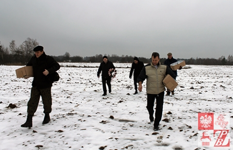 Aby trafić na grób polskich żołniezry, trzeba przejść przez pole