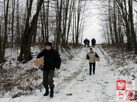 Przejście przez wąwóz, za którym znajduje się mogiła polskich żołnierzy