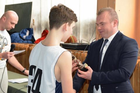 Artiom Maksomow odbiera statuetkę dla najlepszego zawodnika turnieju, fot.: pultusk.pl